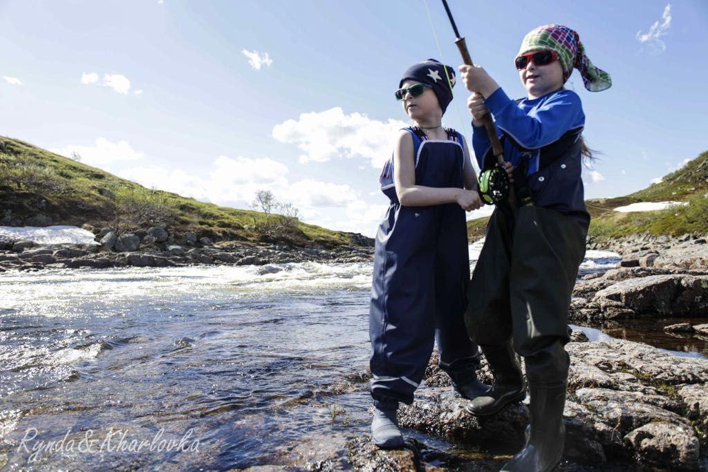 8years old twins Senya and Masha fighting together with a salmon at Rynda Homepool